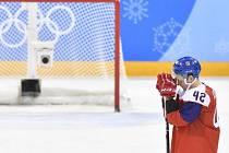 Petr Koukal smutní po utkání s Kanadou.