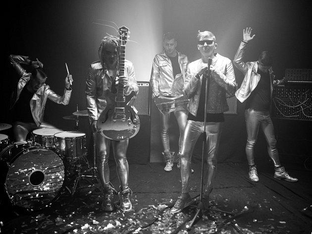 NOVÝ DESIGN. Zleva Matyáš Vorda (bicí), Josef Bolan (zpěv, kytara), Michal Faitl (baskytara), Vít Starý (zpěv, kytara), František Bořík (klávesy).