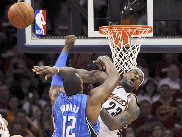 Souboj dvou klíčových postav svých týmů. LeBron James z Clevelandu (v bílém) se snaží zblokovat hostujícího Dwighta Howarda z Orlanda. Nepodařilo se mu to.