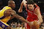 Hvězdný hráč Lakers Kobe Bryant (vlevo) se snaží zastavit rozjetého Luise Scolu v dresu Houstonu.