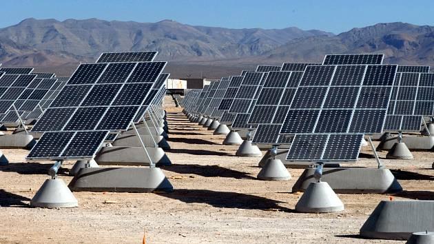 Solární panely v poušti (ilustrační snímek)