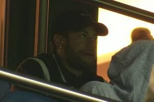 Útočník Neymar sleduje z tribuny zápas PSG - Manchester United