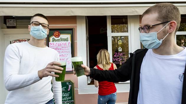 Fronta na zelené pivo v Teplicích