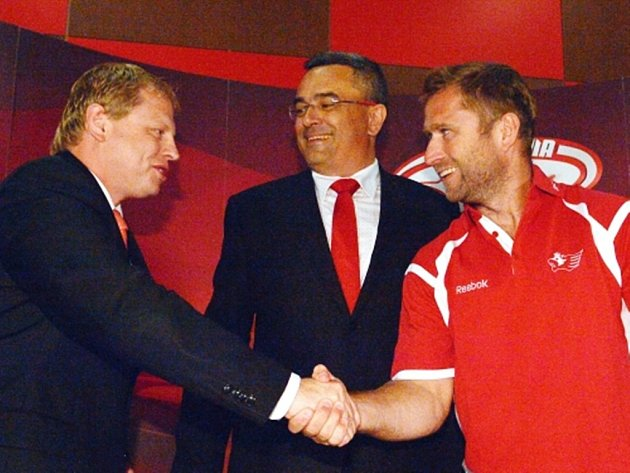 Jaroslav Bednář (vpravo) si se Slavií plácl na tři roky. Uprostřed je šéf Slavie Richard Benýšek, vlevo spolumajitel klubu Vladimír Pitter.