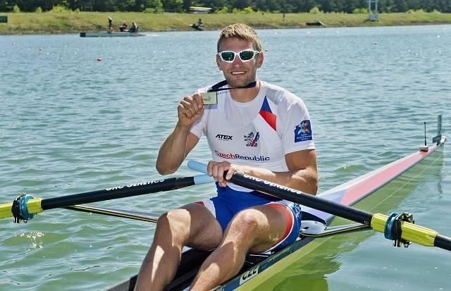Skifař Ondřej Synek se zlatou medailí z mistrovství světa.