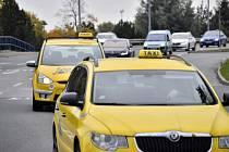Taxikáři v Praze protestovali proti sdíleným přepravním službám typu Uber.