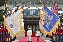 Papež František dnes vyzval Severní a Jižní Koreu, aby upustily od demonstrace síly a prostřednictvím dialogu usilovaly o mír na Korejském poloostrově.