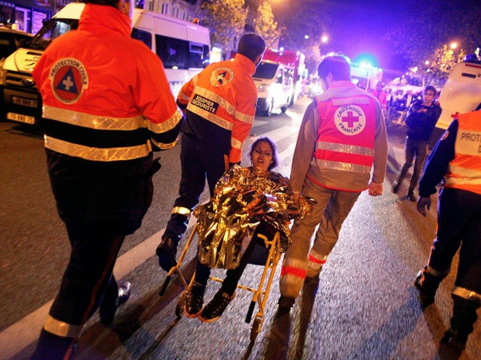 V koncertní síni Bataclan zadržovali útočníci desítky návštěvníků jako rukojmí, celkem v ní původně bylo na 1500 lidí.
