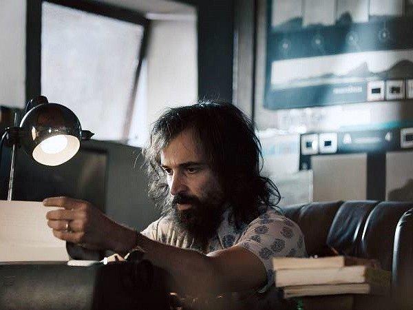 POUTNÍK U STROJE. V roli Paola Coelha se ve filmu vystřídali dva protagonisté. Na snímku Júlio Andrade.