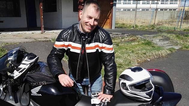 Petr pracuje v Německu pět let jako svářeč u velké společnosti.