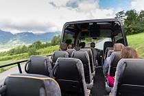 Švýcarské silnice v kantonu Graubünden bude po čtyřech desítkách let opět brázdit poštovní autobus se shrnovací střechou. Zatím bude jezdit pouze s turisty.