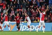 Fotbalisté Slavie se radují v derby z gólu proti Spartě. Sudí jim ho však upřel.