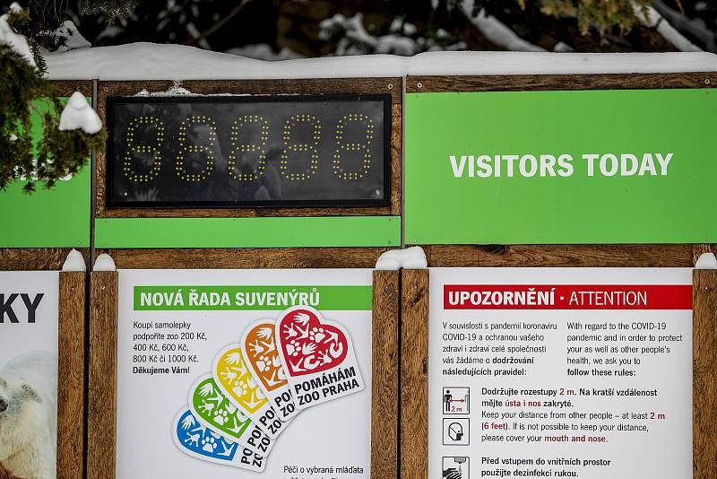 Že je zahrada bez návštěvníků ukazuje i vypnuté počítadlo počtu návštěvníků u vchodu.