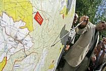 Mluvčí ministerstva obrany ukazuje lokalitu, v níž bude radar umístěn.