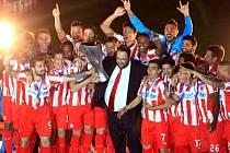 Rejdař Marinakis oslavuje se svým klubem Olympiakos Pireus jeden z ligových titulů.