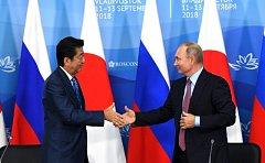 Ruský prezident Vladimir Putin a japonský premiér Šinzó Abe na ekonomickém foru ve Vladivostoku