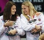 České hrdinky. Lucie Šafářová (vlevo) a Petra Kvitová se radují z triumfu ve finále Fed Cupu proti Německu.