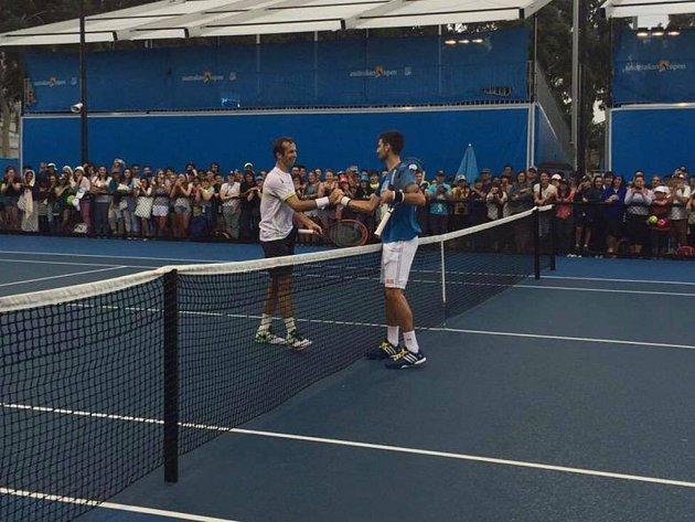 Radek Štěpánek (vlevo) a Novak Djokovič během tréninku.