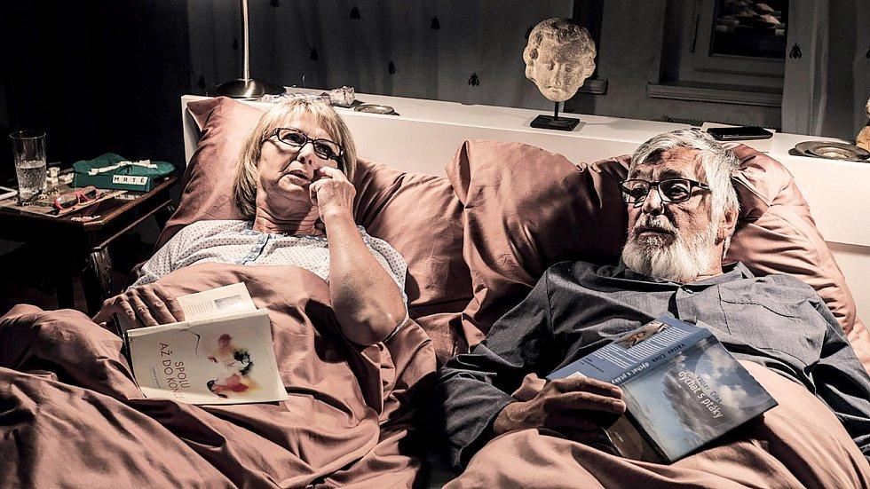 S Eliškou Balzerovou se znají přes půl století. Možná i díky tomu působili coby stárnoucí manželé ve snímku Teorie tygra víc než věrohodně. Příběh o revoltě a partnerských vztazích byl pro Bartošku návratem na filmová plátna po úspěšném boji s rakovinou.
