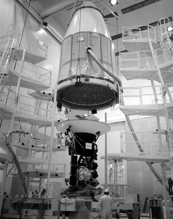 Voyager 2 před naložením do rakety Titan IIIE/Centaur.