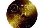 Na sondách Voyager jsou upevněné zlaté plakety s informacemi pro mimozemské nálezce.
