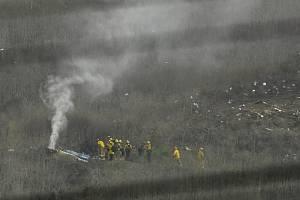Hasiči na místě nehody vrtulníku, při které zahynul slavný basketbalista Kobe Bryant a další lidé.