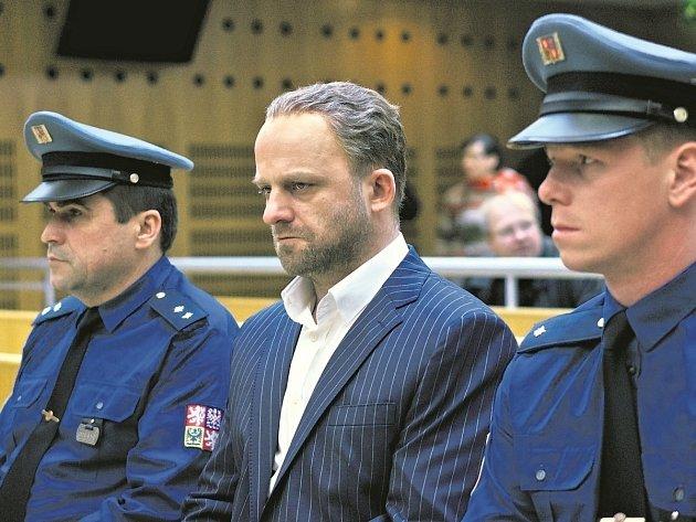 GANGSTER KA. Hynek Čermák v titulní roli prvního filmu režiséra Jana Pachla.