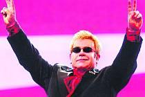 SIR Elton Hercules John, nositel Řádu britského impéria, se do Prahy vrátí po více než třech letech.