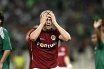 Sparťan Luboš Kalouda se drží za hlavu po své neproměněné šanci v závěru zápasu na hřišti Panathinaikosu.
