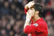 Cristiano Ronaldo slaví gól, který vstřelil do sítě Tottenhamu ve čtvrtém kole Anglického poháru.