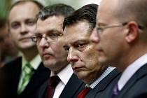 Zleva Hašek, Lubomír Zaorálek, předseda Jiří Paroubek a Bohuslav Sobotka na tiskové konferenci ČSSD před jednáním Sněmovny o jejím rozpuštění, o kterém jednala 15. září v Praze.