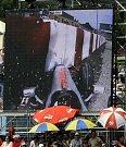 Takhle viděli diváci v Barceloně těžkou havárii Heikki Kovalainena na velkoplošných obrazovkách.