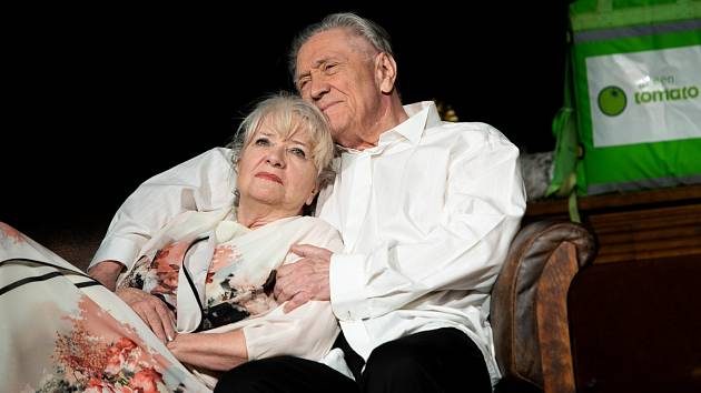 Carmen Mayerová a Petr Kostka v inscenaci hry Oscar pro Emily.