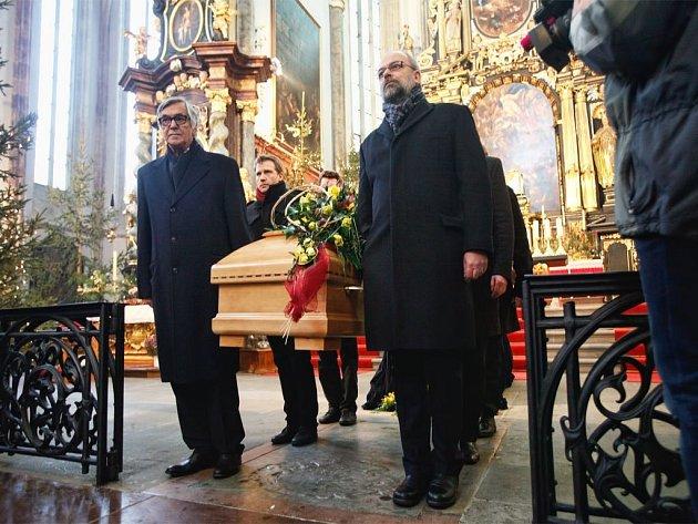ZÁDUŠNÍ MŠI za herečku Jiřinu Jiráskovou v pondělí v Týnském chrámu vedl pražský arcibiskup Dominik Duka.
