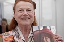 Herečka Iva Janžurová představila na knižním veletrhu Svět knihy na pražském Výstavišti 18. května svoji knihu Včera, dnes a zítra.
