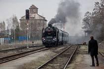 Rakouský prezident Heinz Fischer přijel do Česka vlakem. Prezident Miloš Zeman jej přivítal na nádraží ve Stochově.