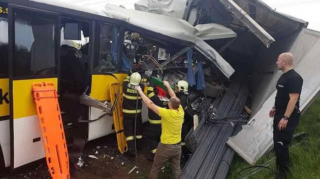 Tragická nehoda autobusu a kamionu