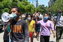 Protestní pochod v barmského Rangúnu, 10. dubna 2021.