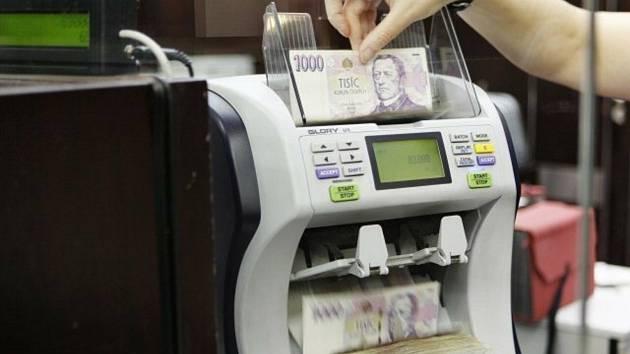 Počítačka bankovek, peníze, banka - ilustrační foto