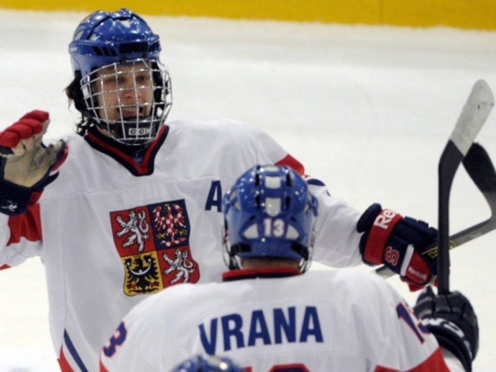 Čeští hokejisté David Pastrňák (vlevo) a Jakub Vrána se radují z výhry na mistrovství světa hráčů do osmnácti let.