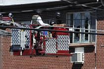 Policejní zásah v Holmesova bytu.