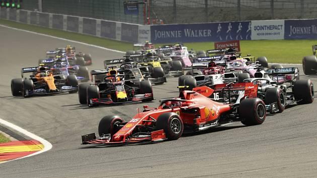 Monacký jezdec Ferrari Charles Leclerc v čele pelotonu vozů