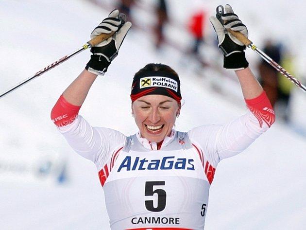 Justyna Kowalczyková se raduje z vítězství v závodu SP v Canmore.