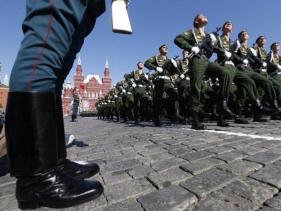 Vojenská přehlídka na Rudém náměstí v Moskvě.