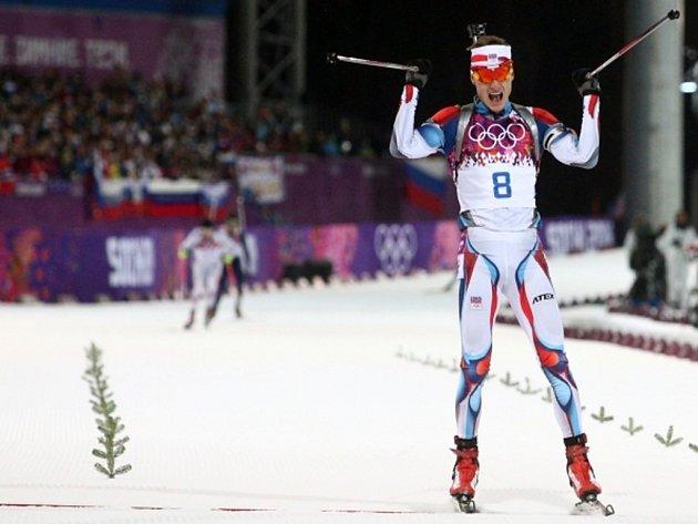 Ondřej Moravec se v cíli stíhacího závodu raduje ze stříbrné medaile.