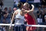 Petra Kvitová (vpravo) nestačila ve čtvrtfinále US Open na Flavii Pennettaovou.