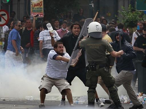Středeční Atény – protesty proti vládě se zvrhly.