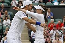 Iveta Benešová s Jürgenem Melzerem se radují z titulu ve Wimbledonu ve smíšené čtyřhře.