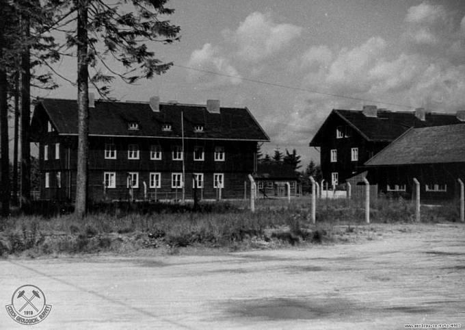 Fotografie důlního závodu Rolava z roku 1946. Domy pro úřednictvo.