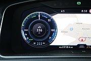 Elektromobil Volkswagen e-Golf. Modré číslo 222 ukazuje, kolik kilometrů ještě auto může ujet